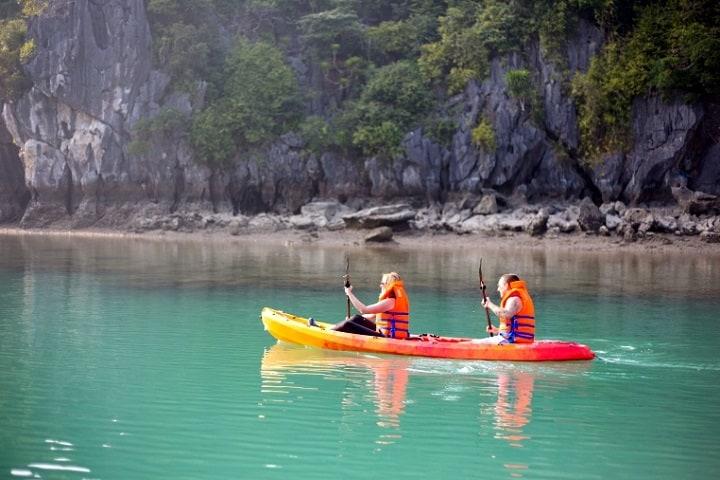 ¿Serás capaz de domar los rápidos y no caerte del Kayak? Foto: Halong Wonders