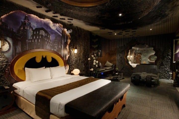 """La """"Baticueva del amor"""" es una habitación ambientada en Batman de un motel en Bogotá. Foto: Twitter"""