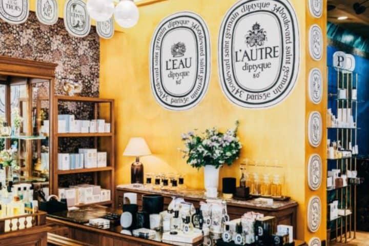 Las tiendas francesas de perfumes se encuentran en cada rincón para que adquieras uno cómo souvenir. Foto: LUSTER Magazine