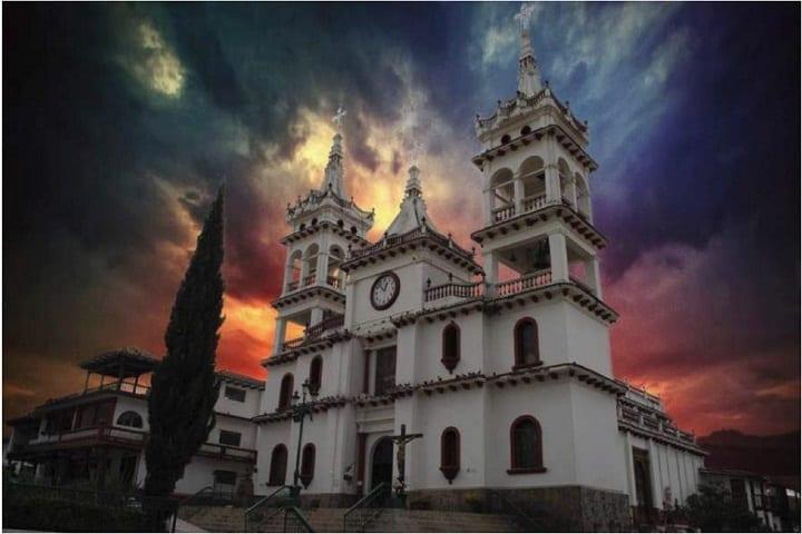 Un bello atardecer en la bella Parroquia de San Cristóbal. Foto: Jesús Roberto Duarte