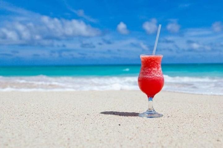 ¿No te caería bien una bebida fría y refrescante en la playa? Foto: Viajeros 3.0