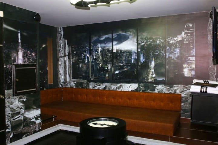 Toda la ambientación de la habitación está inspirada en Batman. Foto: Twitter