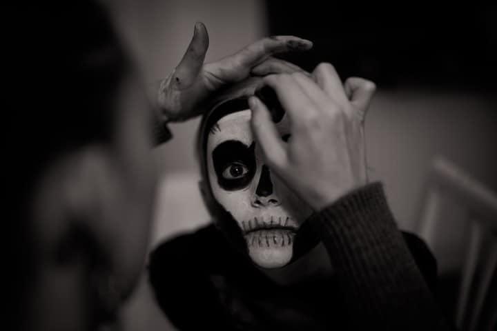 Tradicional-Festival-de-Vida-y-Muerte-de-Xcaret.-Pintando-rostro.-Imagen.-Janko-Ferlic-4