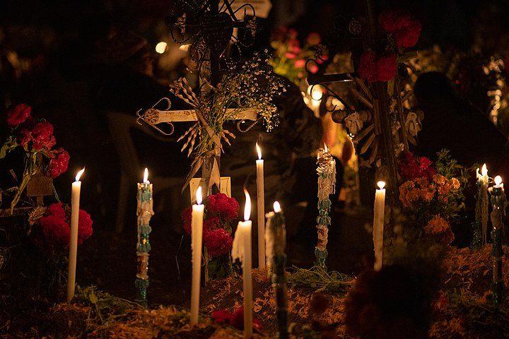 Tradicional Festival de Vida y Muerte de Xcaret. Tumba adornada. Imagen. Rick-Al-Fo