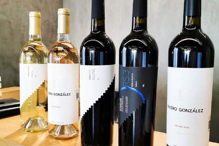 Vino blanco y tinto Foto: Rivero González | Facebook
