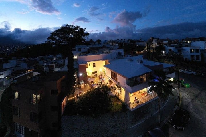 Vista aérea del hostal Casa Violeta. Foto: Casa Violeta | Facebook
