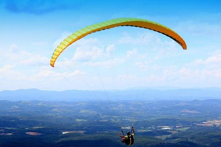 Vuelo en parapente, un deporte de Río de Janeiro. Vuelo en parapente. Imagen. Henrique Boney