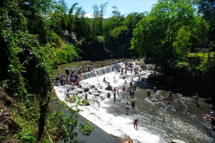 Ven a relajarte a las cascadas de Bocatoma. Foto: Minube