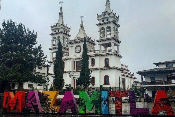 Ven a tomarte la típica foto en las letras del pueblo. Foto: Transportes vallejo