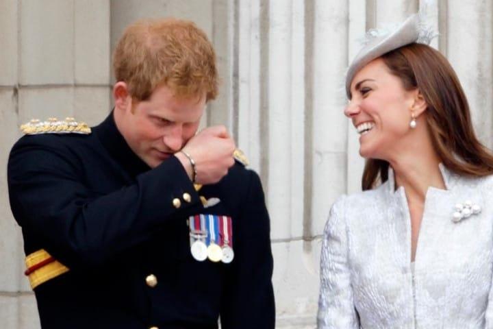 Seguramente al príncipe le llevaron perfume francés cómo souvenir y lo está oliendo, ¡Hasta la realeza quiere uno! Foto: Archivo