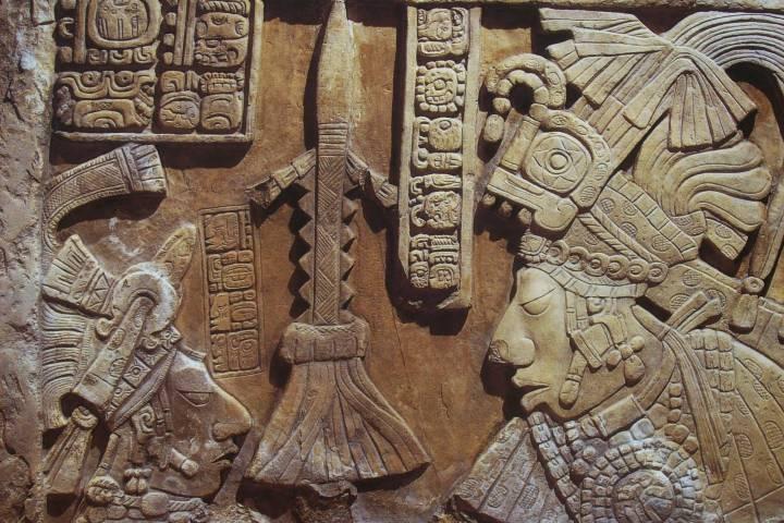 Jeroglíficos en el templo de las inscripciones Foto: Literatura mundo Maya