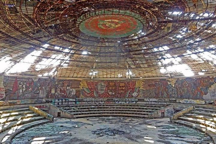 Así luce el interior del Monumento Buzludzha actualmente. Foto: soviet_tours