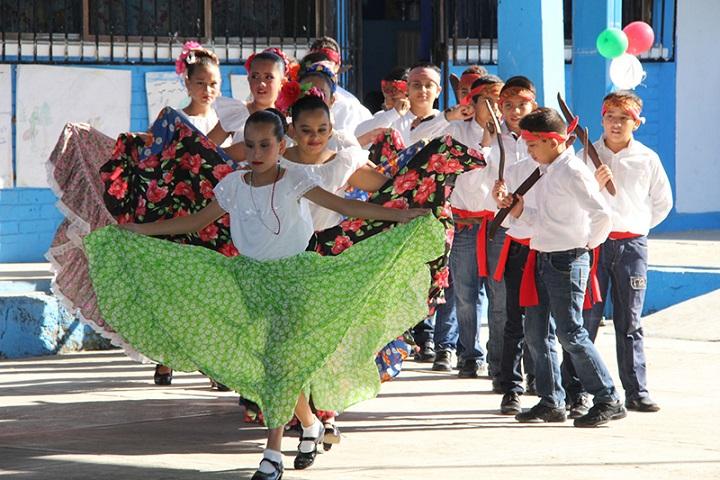 Si unos niños de primaria ya dominan el Baile de los Machetes, ¿Tú por qué no? Foto: Más México