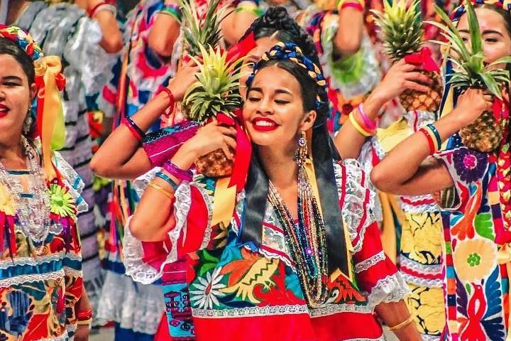 Baile flor de piña foto de instagram ceciterrones