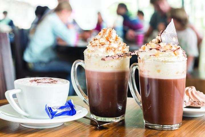 Si visitas Maison Cailler te esperan bebidas calientes de chocolate para disfrutar al final del recorrido. Foto: La Gruyere Tourisme