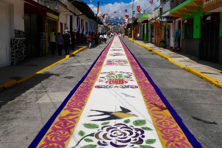 Así lucen las calles adornadas listas para las fiestas en Coatepec. Foto: voyagerconnecte