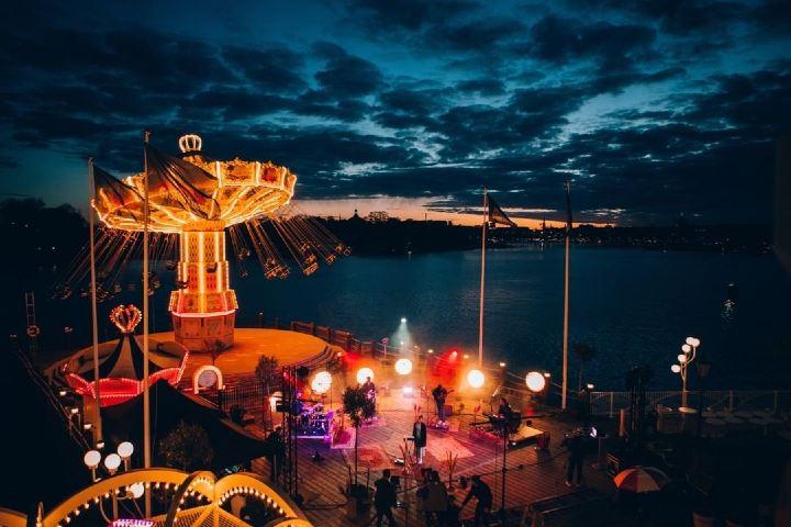Estar en un parque de diversiones y disfrutar de las atracciones mientras escuchas un concierto es algo que solo podrás experimentar en Estocolmo. Foto: gronalund