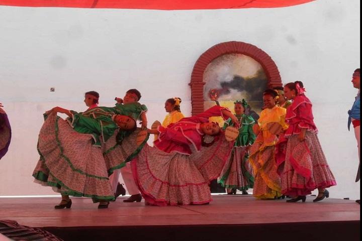¡Qué hermosas son las mujeres en sus vestidos de baile! Foto: Danza Valle de Anáhuac