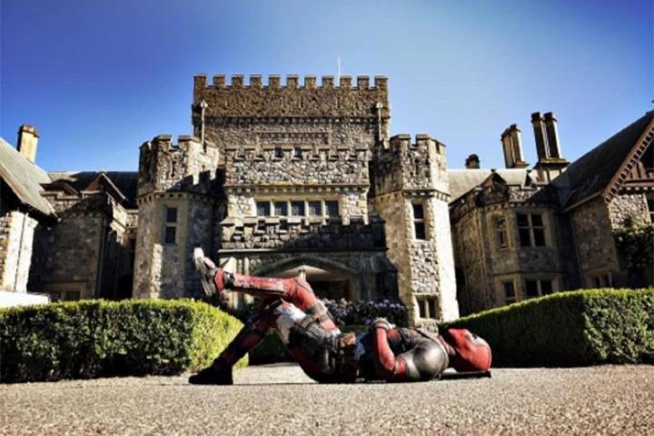 Deadpool posando para su estreno de pelicula_Ryan Reynolds