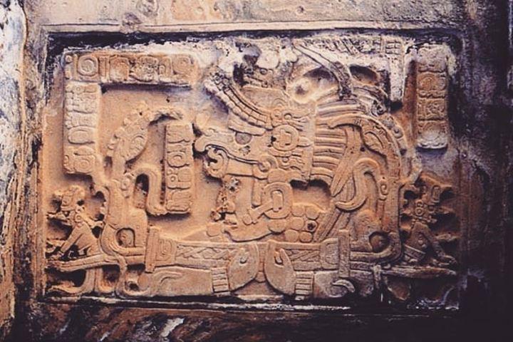 Dintel tallado sobre una de las entradas Foto: Chicomoztoc 7 cuevas