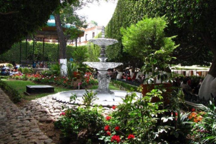Disfruta del chapoteo de la fuente del Jardín de la Unión. Foto: Aaron Quiroz