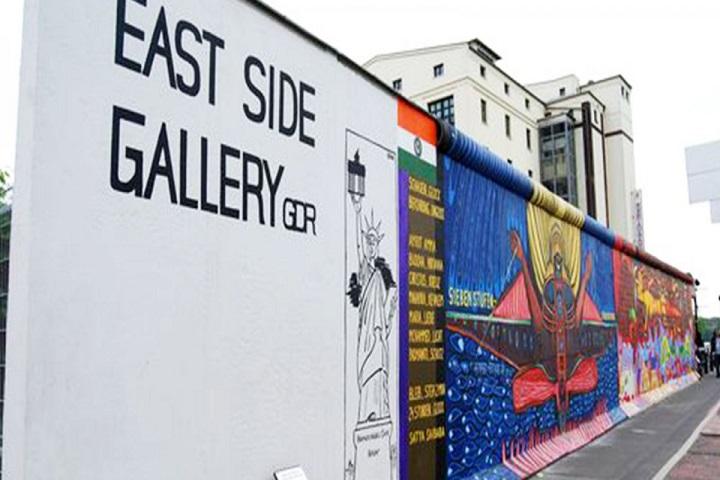 Pinturas en lo que quedó del Muro. Foto: MyWowo