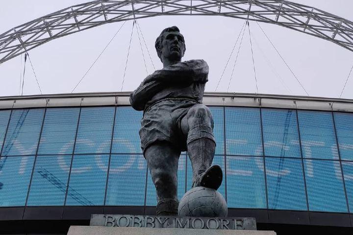 Estatua-de-Bobby-Moore-inmortal-capitan-ingles-a-la-entrada-del-New-Wembley-3-Foto-neychevgeorgi-Instagram