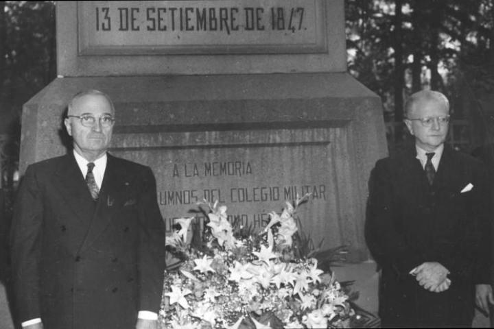 Truman junto al monumento a los niños héroes Foto: The Brownsville