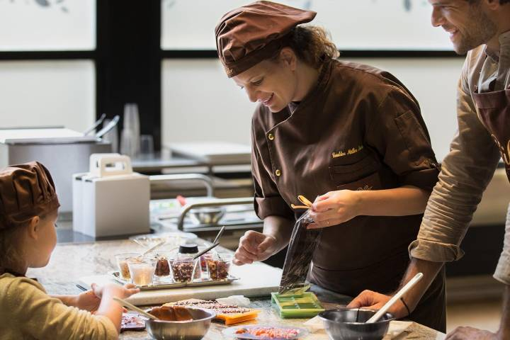 En Maison Cailler, expertos te guiarán para crear delicias de chocolate. Foto: La Gruyere Tourisme