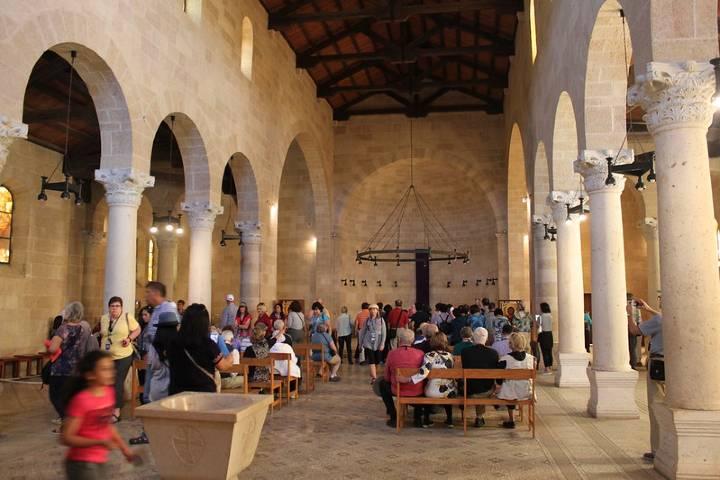 Interior de la iglesia de la Multiplicación. Foto: Matt Howry