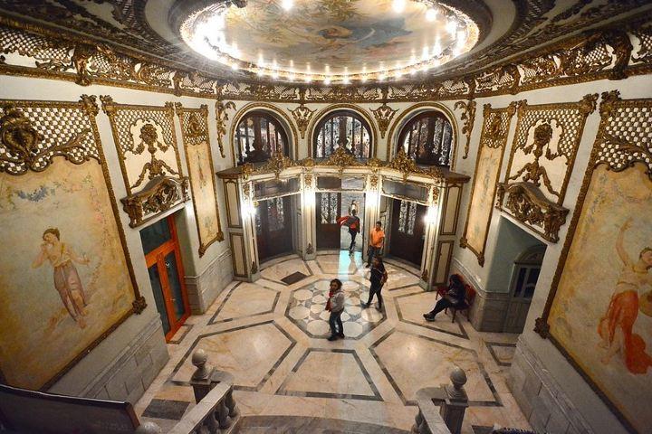 Esta es la bella entrada del Teatro Macedonio Alcalá que ha visto pasar miles de personas a través de los años. Foto: Alejandro