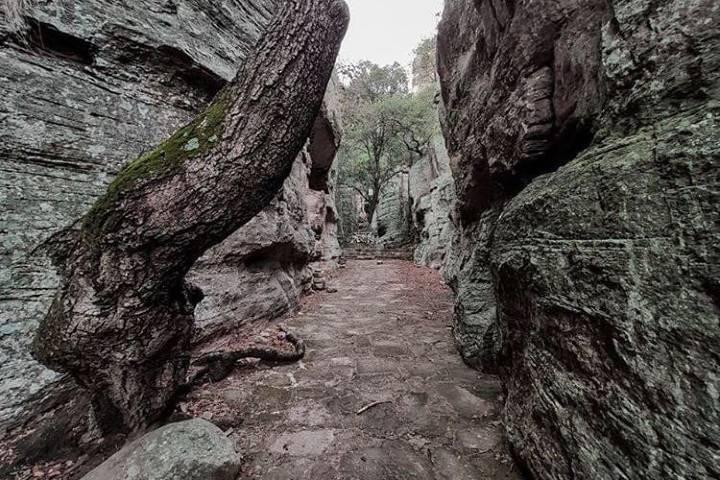 Las formaciones rocosas de este lugar lo hacen mucho más interesante. Foto iturbidetravel