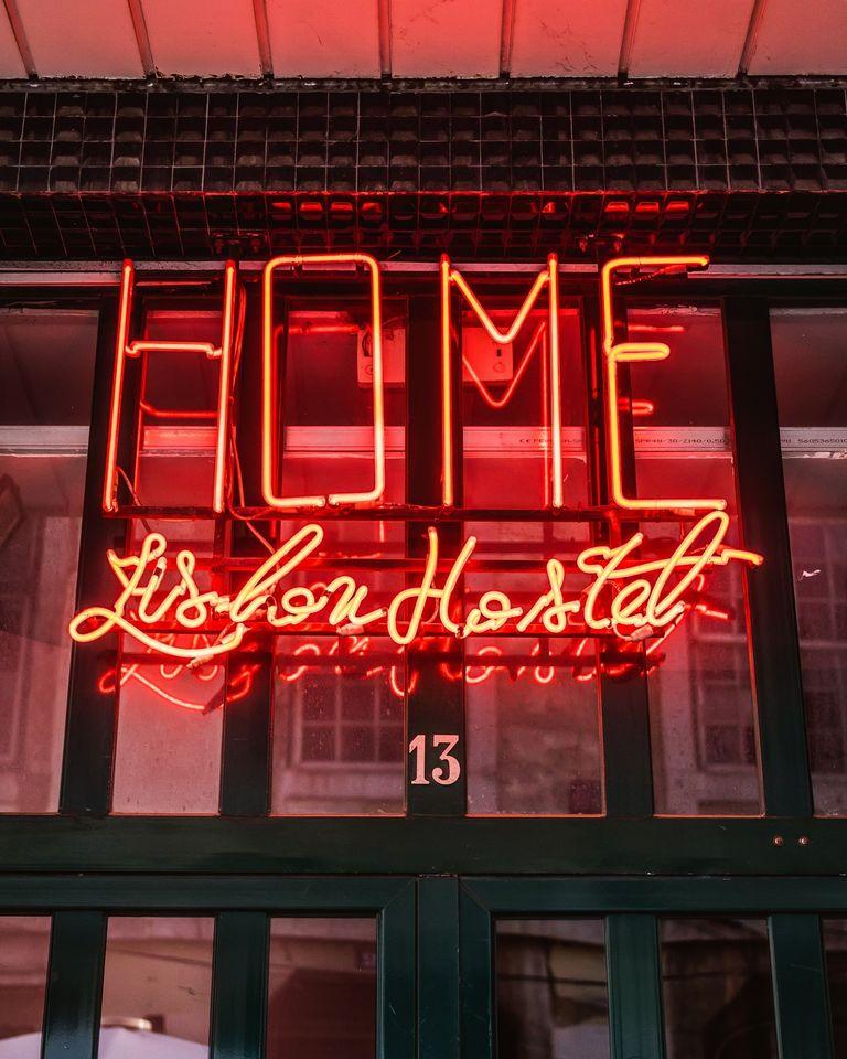 Letrero-Fluorescente-13-Home-Lisbon-Hostel