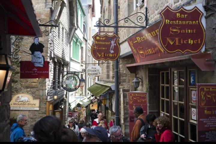 Locales de Saint Michel Moint Foto_ jcarrillet _ istock