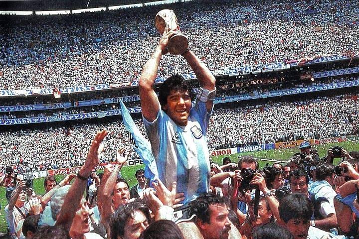 Maradona sosteniendo la Copa Mundial de 1986 en el Estadio Azteca. Foto: Wikipedia