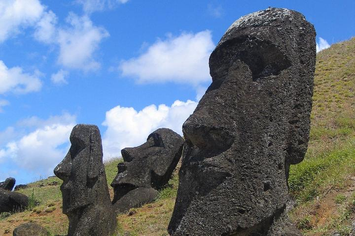 Descubre los fascinantes Moáis de la Isla de Pascua. Foto: Aurbina