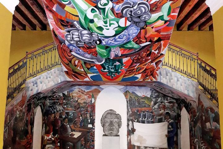 Murales en el Palacio Municipal: la obra de Don Benito Juárez y una policromía del águila devorando a la serpiente. Foto: patadeperroveracruzano