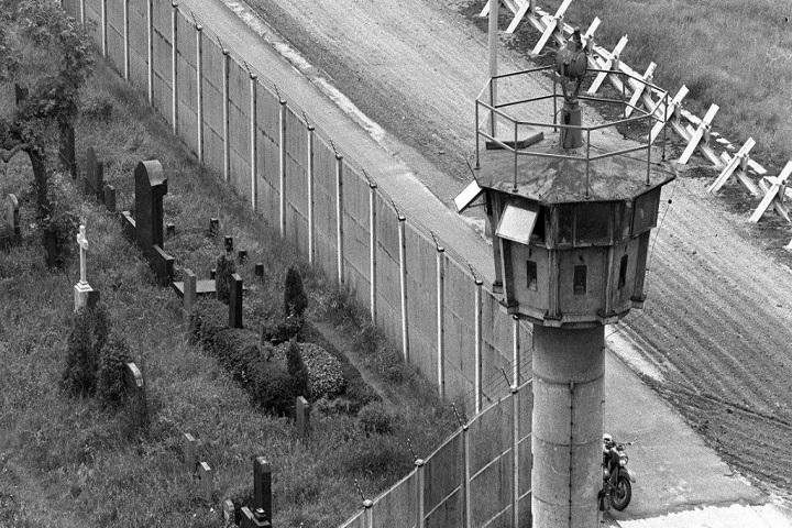 Torre custodiando el Muro de Berlín. Foto: Fundación para el Progreso