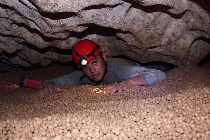 Persona en la Cueva de las Canicas Foto: Flickr