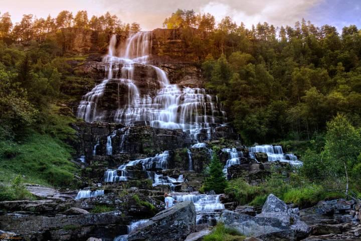 Tienes que conocer la Cascada Tvindefossen. Foto: Jimmy Johansen