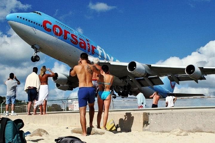 Avion sobre turistas Foto: Aeropuertos