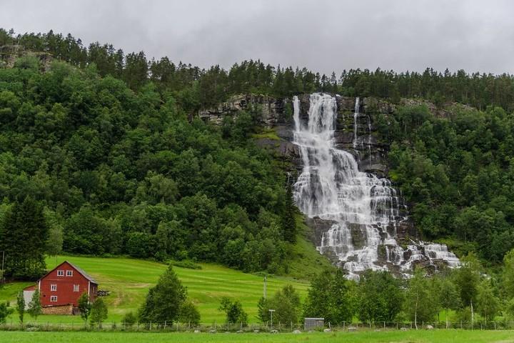 El lugar en donde se encuentra esa cascada es asombroso. Foto: fiordos noriegos