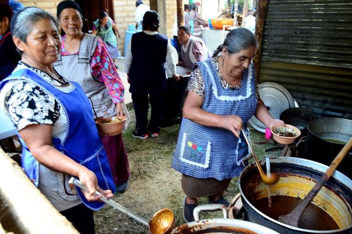 Después de la celebración llega el momento de degustar los platillos. Foto: informativo ax
