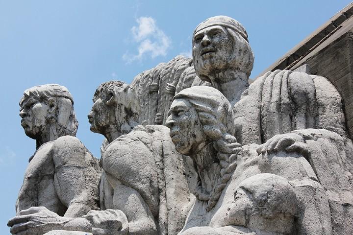 Esculturas localizadas al oriente del monumento. Foto: Luis Guerrero