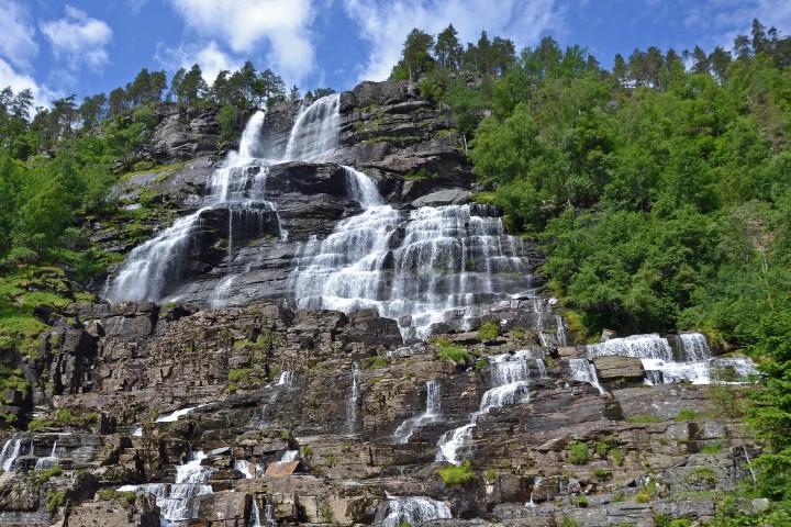 Formaciones rocosas de la Cascada tvindefossen. Foto: fotocommunity