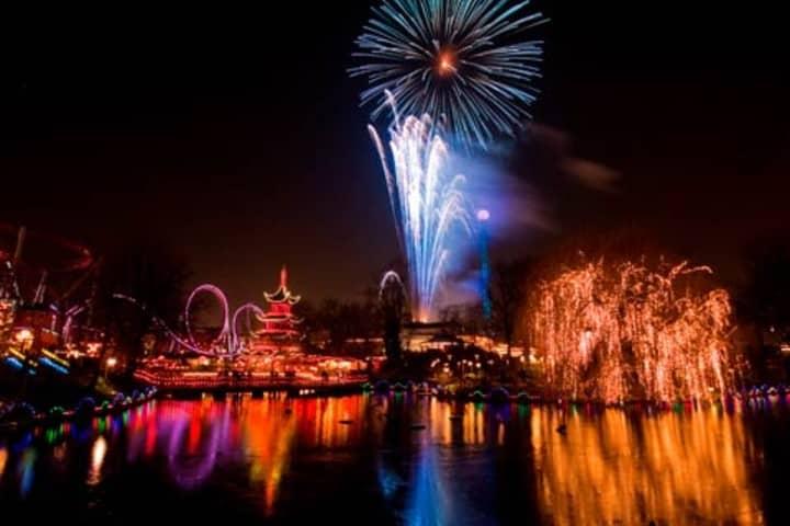 Una noche llena de luces en el Parque Tivoli Foto: Dinamarca