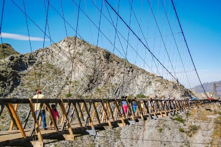 Turistas pasando el Increíble puente abandonado Foto: Aventura Vertical