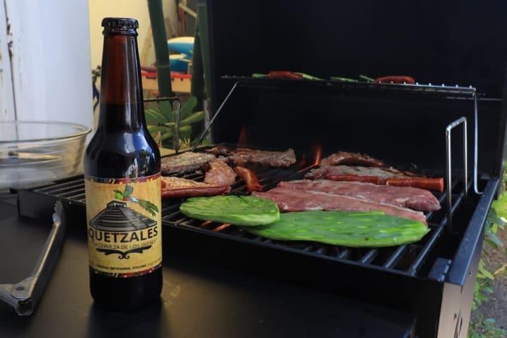La cerveza artesanal de Quetzales es ideal para una carne asada. Foto: Cervecería Quetzales