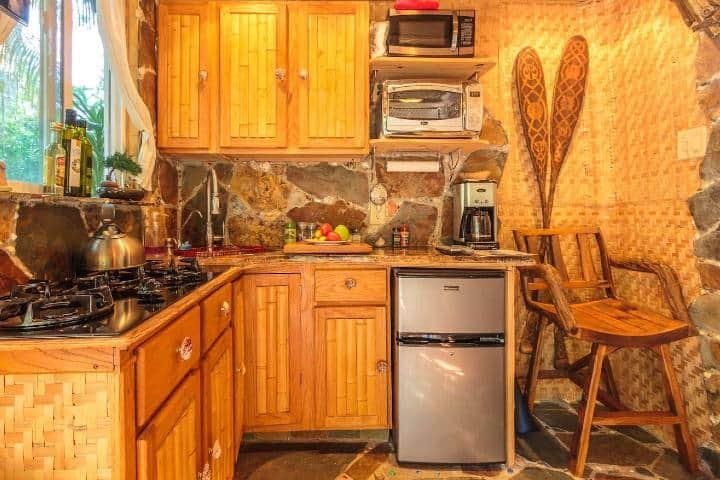 Cocineta de la cabaña temática de Piratas del Caribe Foto: Airbnb