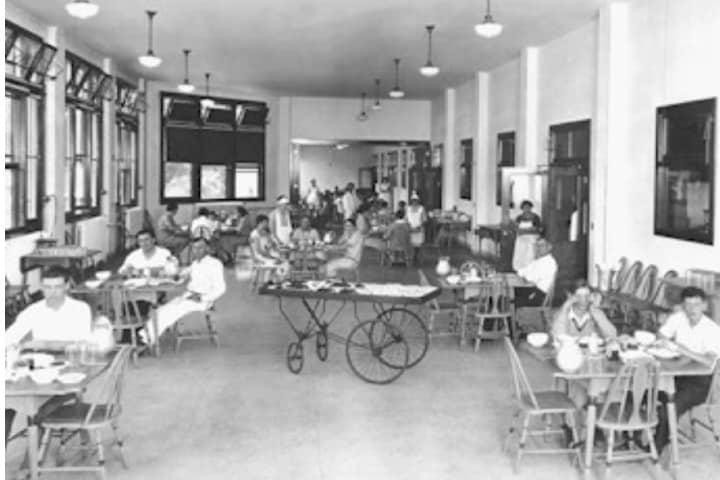 Los pacientes en el pasillo del Sanatorio Foto: Mucho Miedo | WordPress